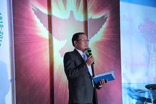 Mục sư nhiệm chức Phan Văn Tứ chào mừng và giới thiệu quan khách.
