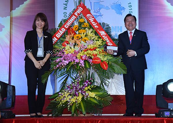 Bà Kiều Thị Hương đại diện Ban Tôn Giáo Chính Phủ chúc mừng.