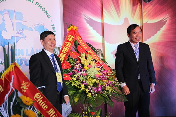 Ông Bùi Quang Đồng (bên phải) - Trưởng Phòng An Ninh Xã Hội Công an TP Hà Nội chúc mừng. Mục sư Bùi Văn Triệu thay mặt Hội Thánh tiếp nhận.