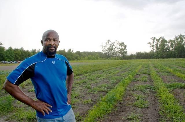 Mục sư Richard Joyner thực hiện một mạng lưới trồng trọt để cung cấp thực phẩm dinh dưỡng cho người dân.