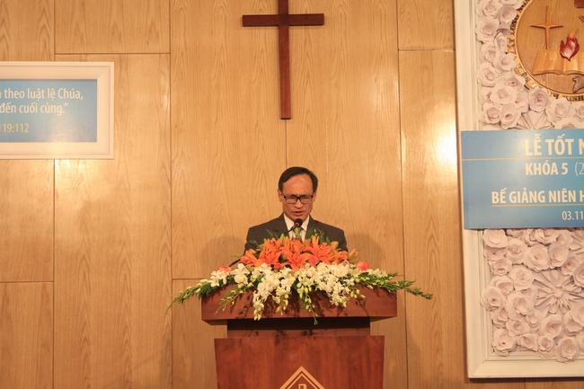 Mục sư Phan Văn Cử - Tổng Thủ quỹ TLH cầu nguyện đáp ứng Lời Chúa.