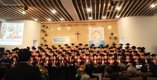 """Sinh viên khóa V tôn vinh Chúa """"Dấn Thân Phục Vụ"""" - Bài hát được sáng tác riêng cho khóa tốt nghiệp."""