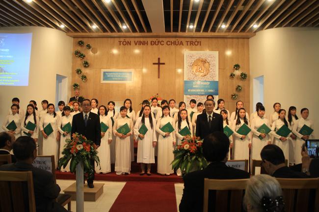 Viện trưởng Mục sư Thái Phước Trường và Mục sư Nguyễn Ngọc Thuận - Giám học VTKTH trao Văn bằng và Chứng chỉ Tốt nghiệp cho các sinh viên