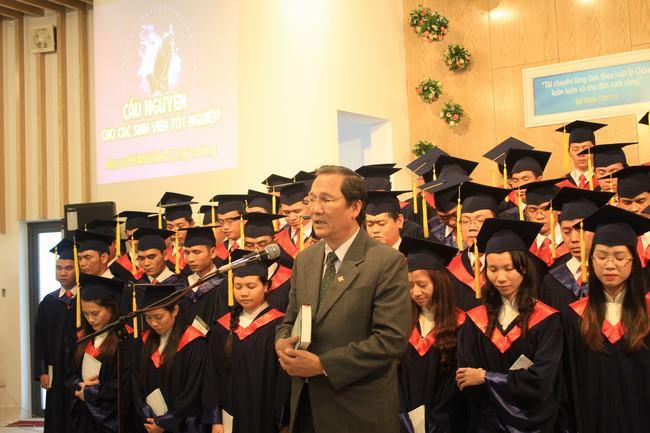 Mục sư Phan Vĩnh Cự - Hội trưởng HTTLVN (MN) cầu nguyện cho các sinh viên tốt nghiệp.