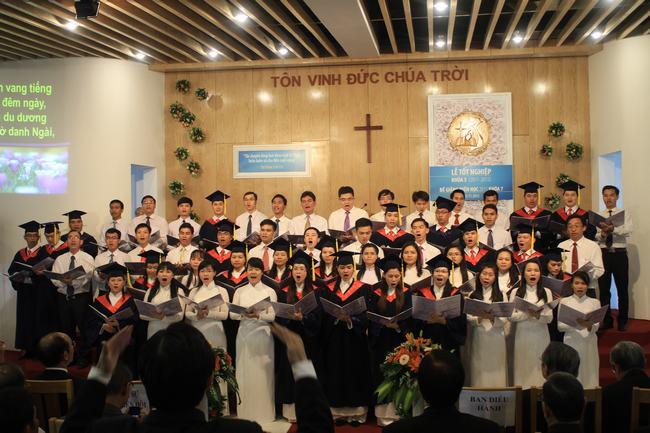 Ban hát Viện Thánh Kinh Thần Học tôn vinh Chúa.