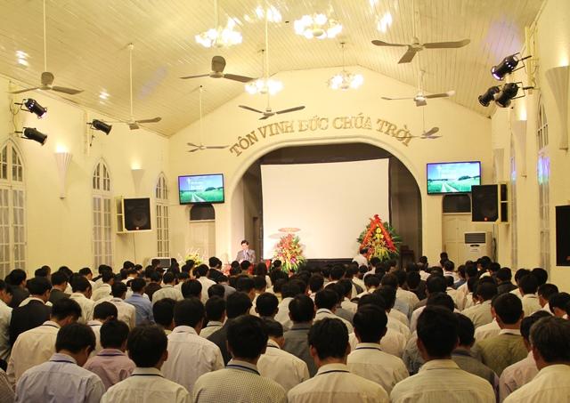 Hội Đồng ca ngợi tôn vinh Chúa trong giờ đầu tiên của chương trình.
