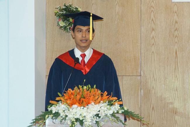 Sinh viên Trần Đỗ Phúc - tốt nghiệp thủ khoa, đại diện sinh viên phát biểu cảm tưởng.