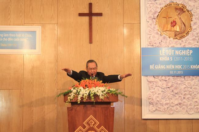 Mục sư Nguyễn Lâm Hương - nguyên giáo sư VTKTH cầu nguyện chúc phước.