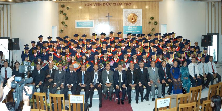 Sinh viên tốt nghiệp chụp hình lưu niệm với Ban giáo sư và Ban Điều hành VTKTH.