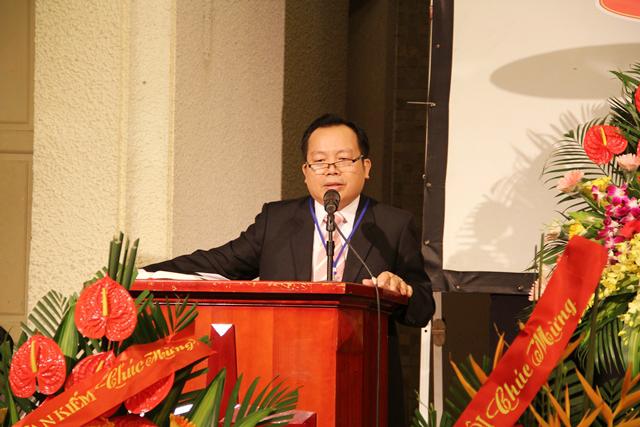 Mục sư Bùi Văn Sản, Phó Hội trưởng thứ nhất, Trưởng ban Tổ chức chào mừng và giới thiệu quan khách.