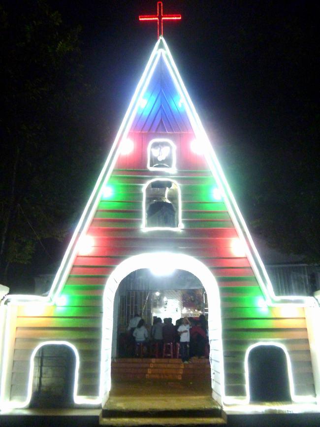 Cổng nhà Nguyện trang trí Giáng Sinh sớm.