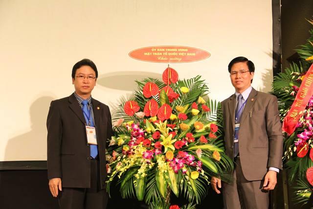 Ông Nguyễn Văn Thanh, Trưởng Ban Tôn Giáo UBTWMTTQVN tặng hoa chúc mừng.