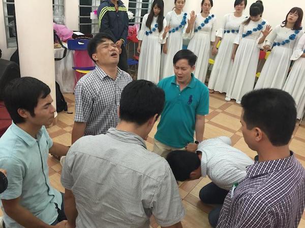 Các lãnh đạo hạ mình cầu nguyện.
