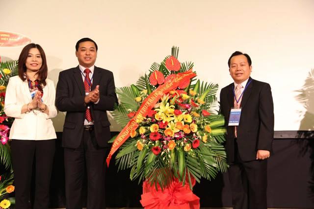 Ông Đinh Hồng Phong, Phó Chủ tịch UBND quận Hoàn Kiếm tặng hoa chúc mừng.