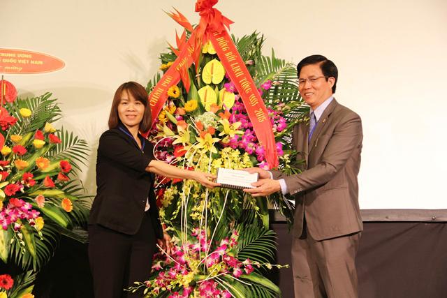 Bà Thiều Thị Hương, Quyền Vụ trưởng Vụ Tin lành, Ban Tôn giáo Chính phủ phát biểu và tặng hoa chúc mừng.