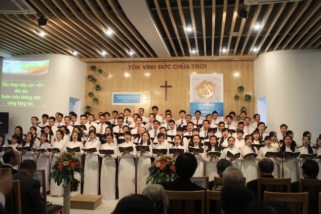 Sinh viên Khóa VII và Lớp nữ tôn vinh Chúa.