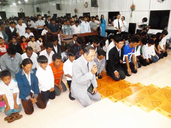 MSNC Nguyễn Hải Bằng hướng dẫn thân hữu cầu nguyện tiếp nhận Chúa.