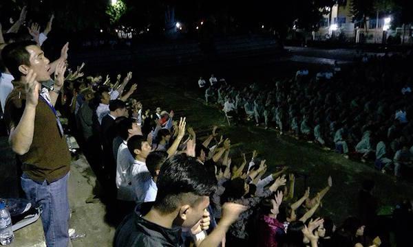 Hội thánh hết lòng cầu nguyện cho các học viên từ phía ngoài.