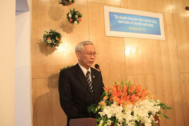 MS Trịnh Chiến - Ban dịch thuật VTKTH cầu nguyện dâng hiến.