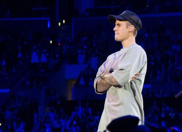 Justin Bieber sau lời cầu nguyện dành cho các nạn nhân trong vụ khủng bố Paris.