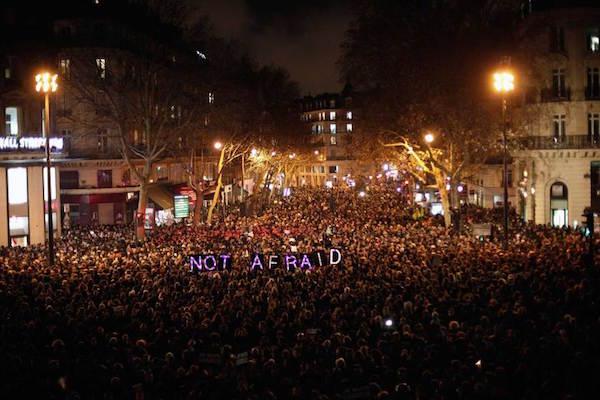 Người dân cùng nhau tưởng niệm những nạn nhân của vụ khủng bố nhắm vào toà soạn Charlie Hebdo tại Pháp vào hồi đầu năm.