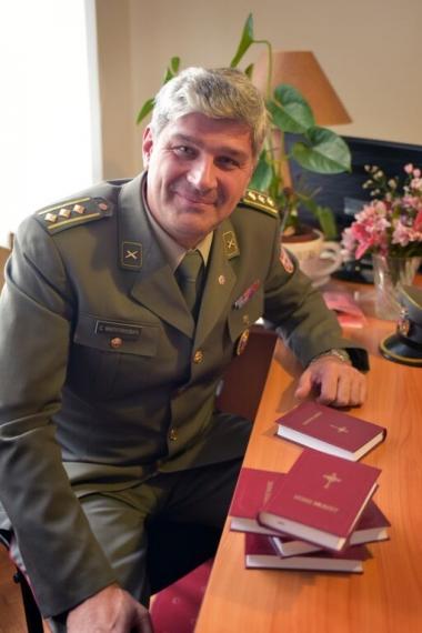 Đại tá Sasha Milutinovic cho rằng Kinh Thánh sẽ giúp giáo dục nhân cách của các binh sĩ.