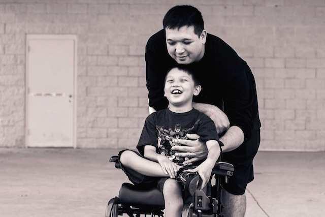 Zeke vui cười bên cha mình.