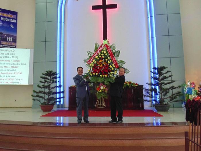 Ông Nguyễn Tấn Chức - Trưởng Ban Tôn giáo tỉnh chúc mừng.