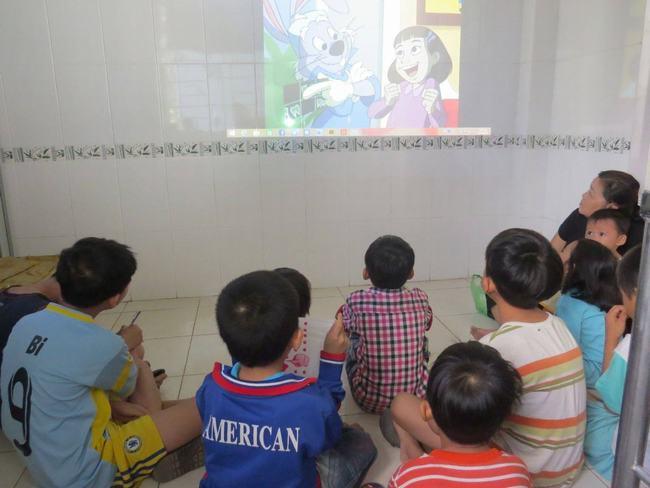 Hướng dẫn chăm sóc răng miệng qua video theo nhóm.
