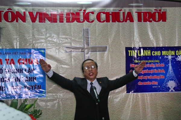Mục sư Mã Phúc Hiệp, Phó Chủ tịch Hội Đồng Giáo Phẩm cầu nguyện chúc phước.