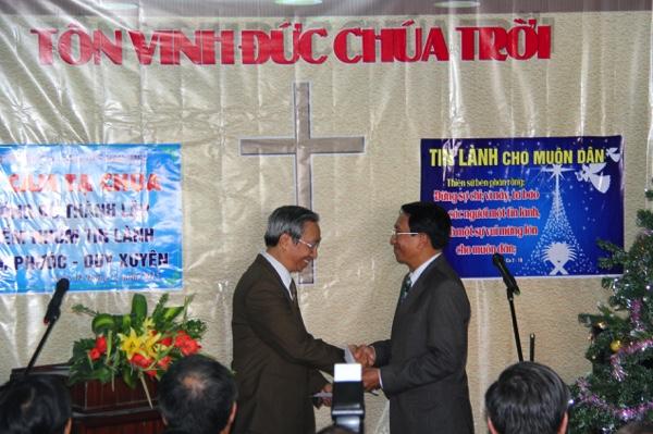 Mục sư Dương Quang Hòa, Trưởng Ban đại diện Tin Lành Đà Nẵng chúc mừng.