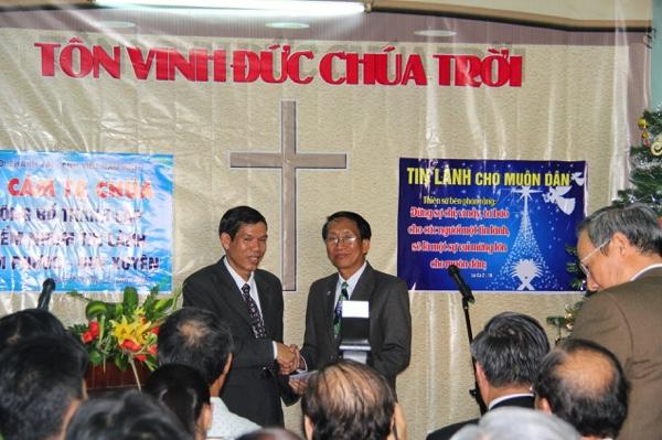 Mục sư Phạm Mính, Ủy viên Ban Đại diện Tin lành Quảng Nam chúc mừng.