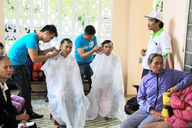 Tổ cắt tóc miễn phí.