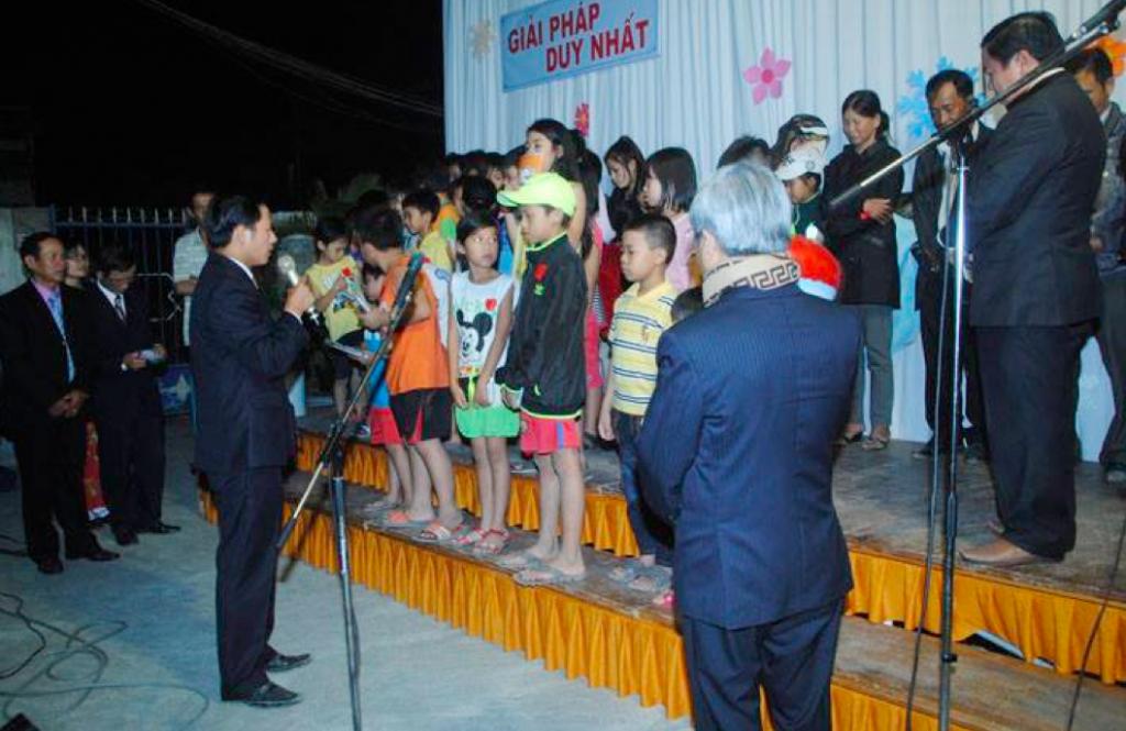 MS Huỳnh Thái Tâm cầu nguyện cho thân hữu tiêp nhận Chúa.