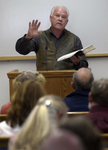 Ông Roger Holm, cha của võ sĩ Holly Holm, là một mục sư.