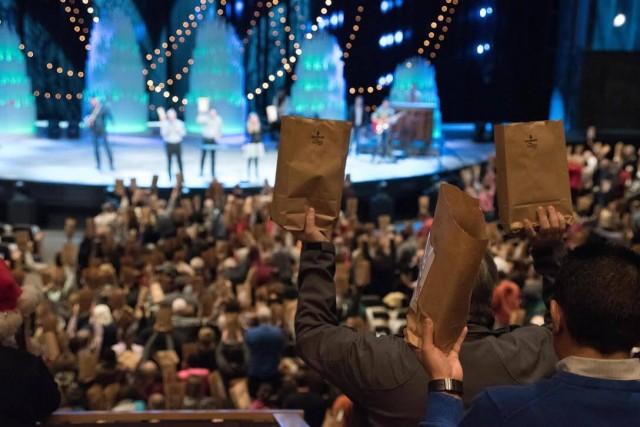 Các thành viên Hội thánh Willow Creek ở South Barrington, Illinois cùng nhau gói và cầu nguyện cho các phần quà.