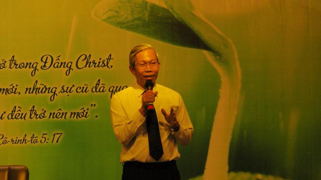 Mục sư Phạm Trọng Huy chào mừng, cầu nguyện khai lễ và rao giảng Phúc Âm.