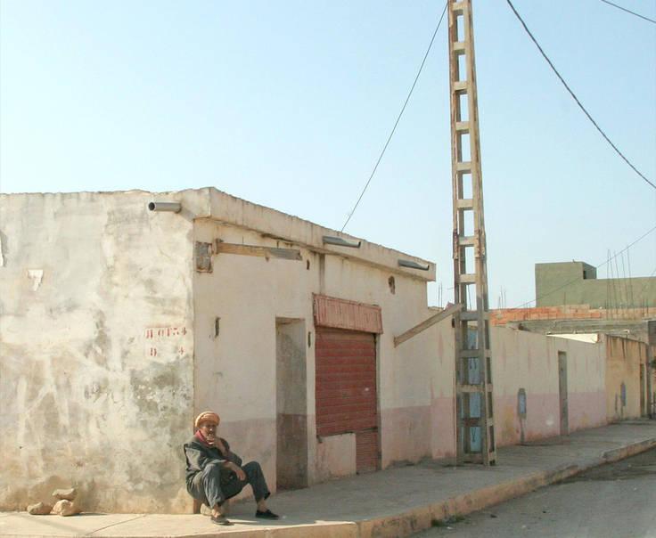 Một người đàn ông Algeria ngồi bên đường (hình minh hoạ).