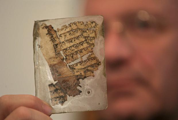 Một phần nhỏ của bản Kinh Thánh Aleppo Codex được trưng bày tại viện Yad Ben-Zvi vài năm 2007.