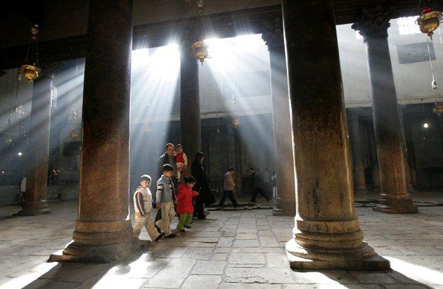 Khách du lịch tham quan một địa danh tại Bethlehem.