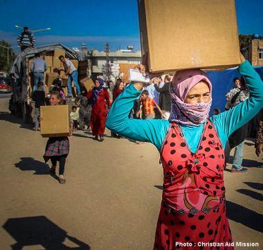 Người tị nạn Syria nhận thùng hàng cứu trợ tại Adana, Turkey.