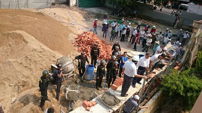 Cảnh sát cơ động hỗ trợ chính quyền để chiếm dụng phần đất của HTTL Phú Phong.