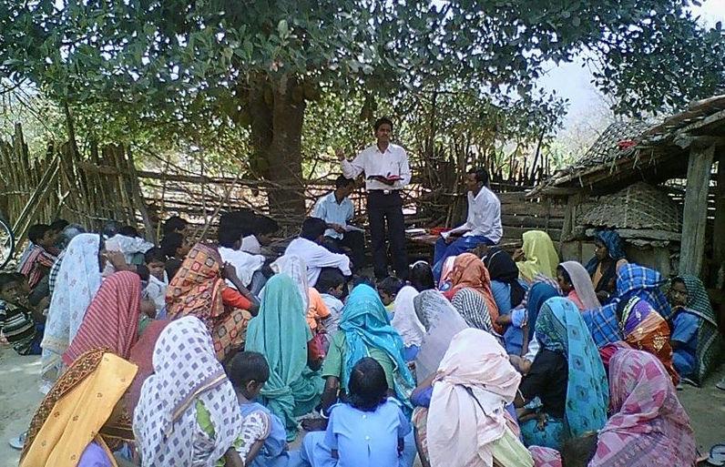 Rao giảng Phúc Âm dưới những tán cây (hình minh hoạ).