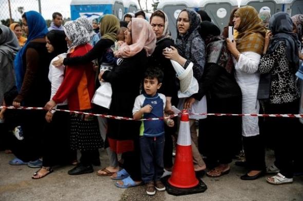 Người tị nạn xếp hàng nhận hàng cứu trợ tại Athens.