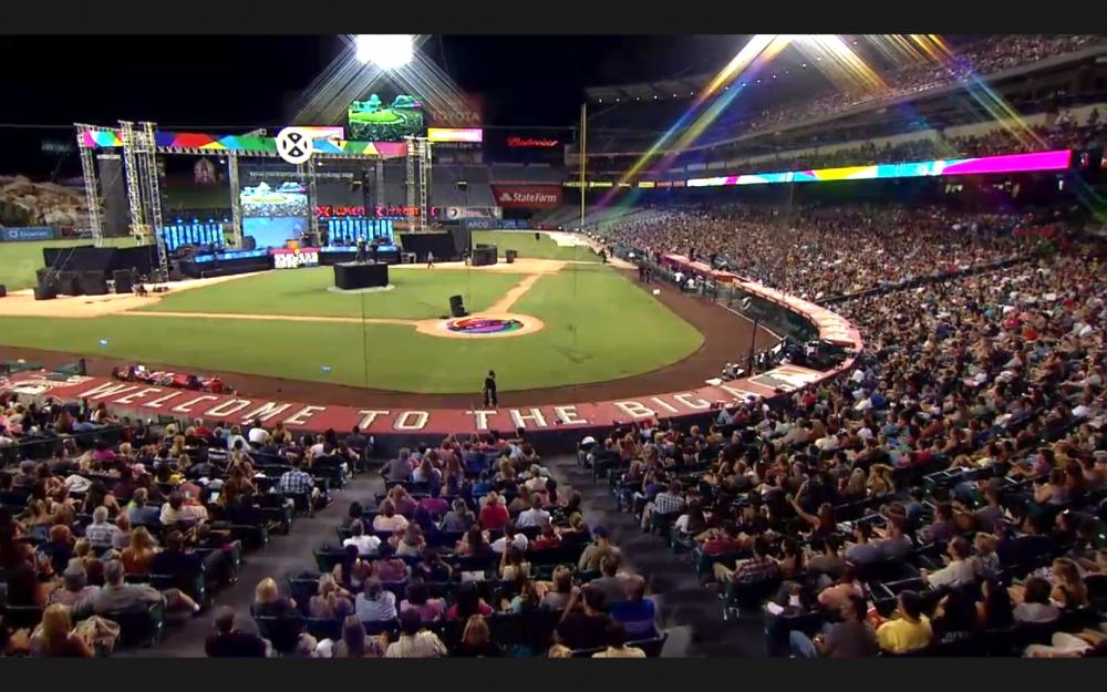 Hàng chục ngàn người lắng nghe Phúc Âm tại sự kiện SoCal Harvest Crusade năm 2015.