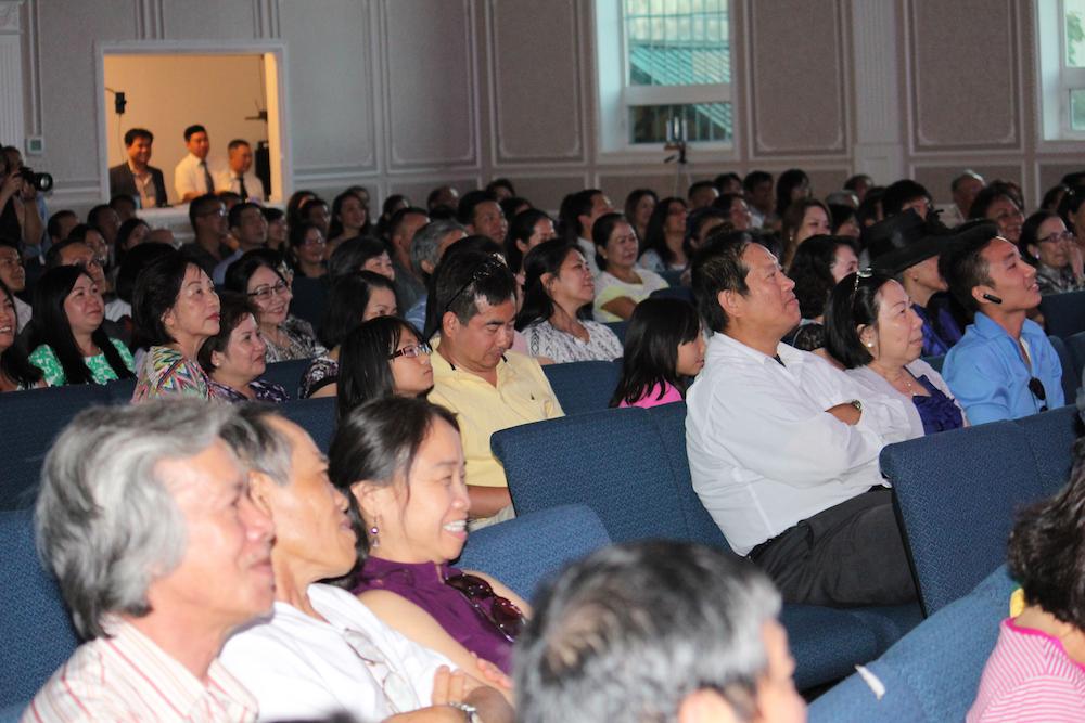 Thân tín hữu tham dự chương trình
