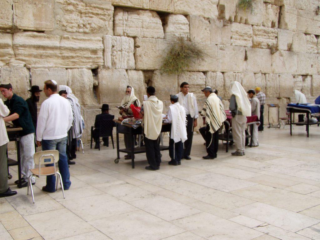 Người Do Thái cầu nguyện tại bức tường than khóc nổi tiếng.
