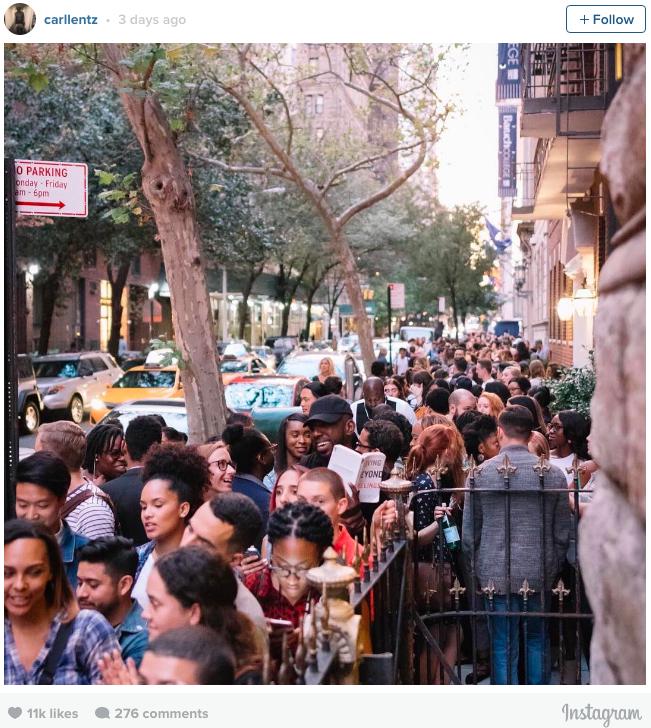 Hàng người xếp hàng chờ vào buổi nhóm của Hillsong NYC.