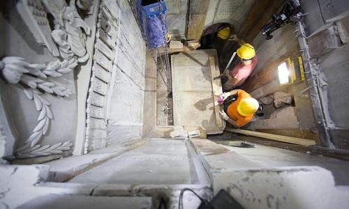 Các chuyên gia dịch chuyển phiến đá cẩm thạch che phủ mộ Chúa Jesus. Ảnh: National Geographic.