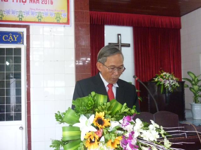 Ông Phan Hiệp – Trưởng ban Lão niên đọc thơ chúc mừng.